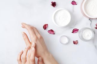 Шелушение, сухость, зуд. Какзащитить и восстановить кожу рук зимой?